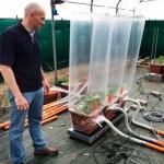 Un chercheur effectuant des tests afin de mesurer la photosynthèse de la plante dans la serre de l'Université Cattolica del Sacro Cuore