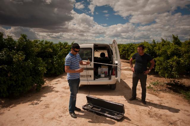 Des employés de de CEBAS-CSIC déchargeant du matériel dans un verger pour le projet SIRRIMED