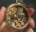 O artistă creează mini-sculpturi extrem de detaliate din componente reciclate de ceasuri mecanice vechi. Galerie FOTO